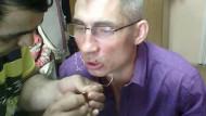 Строитель «Сибура» зашил себе рот, протестуя против невыплаты зарплаты (ВИДЕО+18)